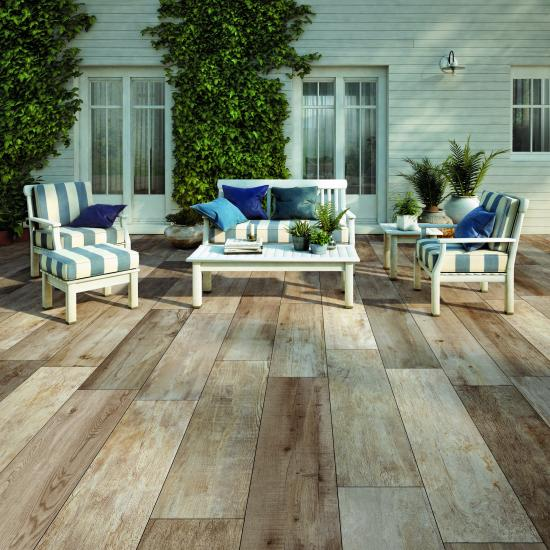 Patio in porcelain tiles with a wood look